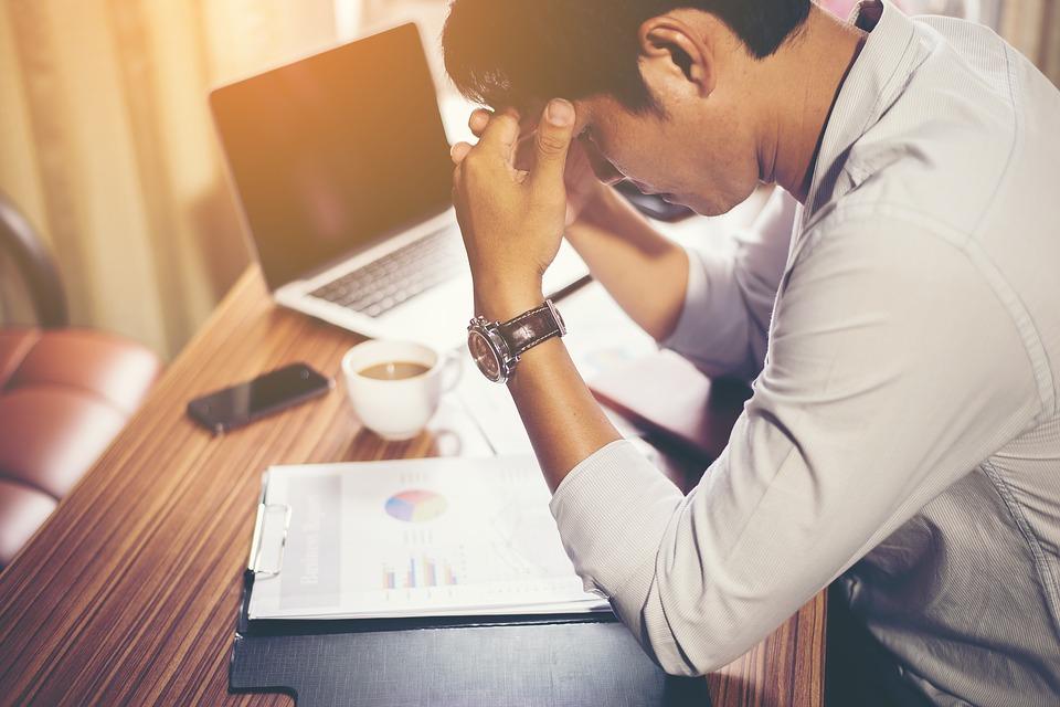 Geschäftsmann ist gestresst und hat Probleme im Schlaf abzunehmen
