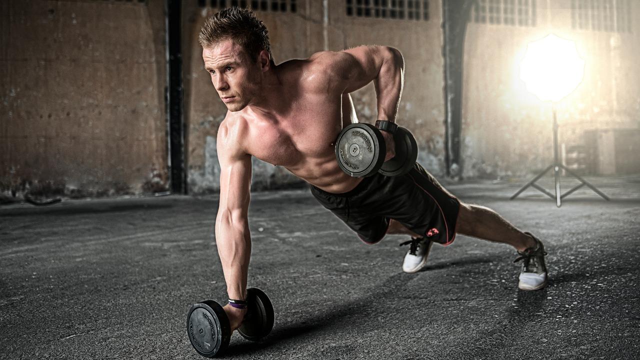 Mann trainiert um  gesunde zunehmen zu können