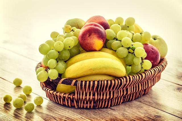 Verschiedene Obstsorten liegen in einem geflochtenen Korb