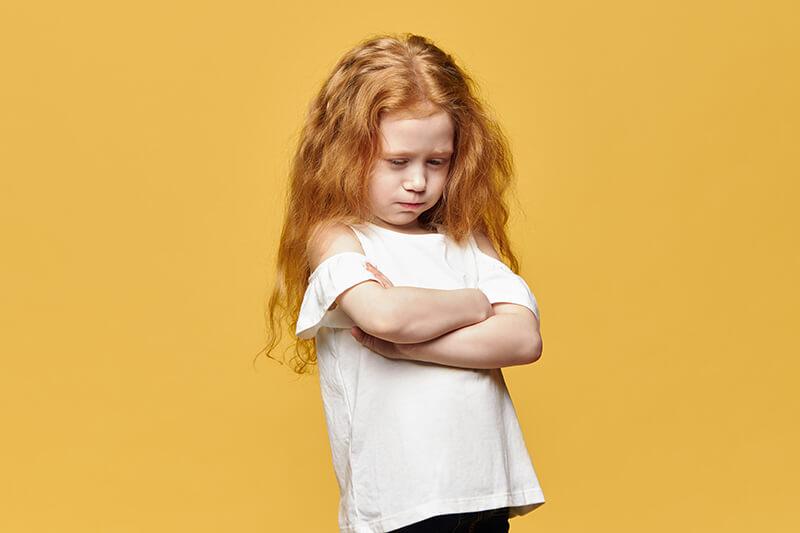 Mädchen gelb bockig