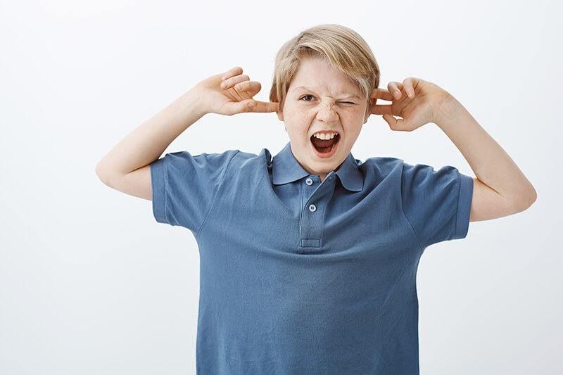 Junge schreit