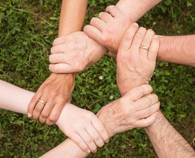 Hände die zusammen halten
