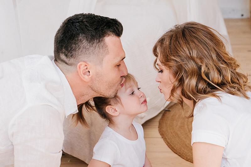 Famile Kind küssen