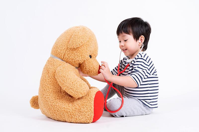 Junge Teddy Hilfe