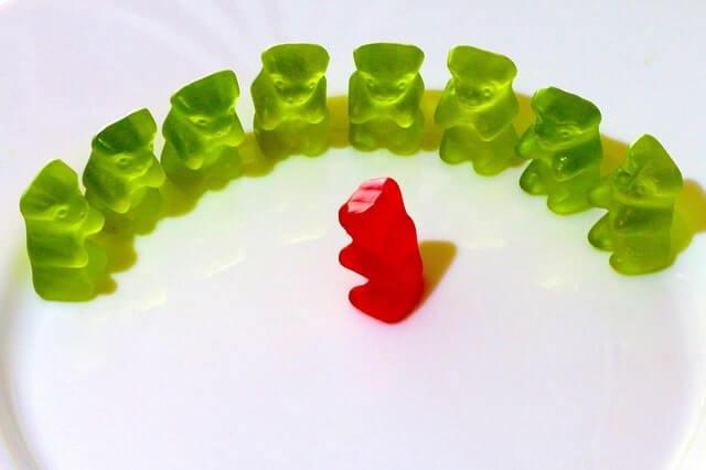 Gummibären grün und rot hören zu