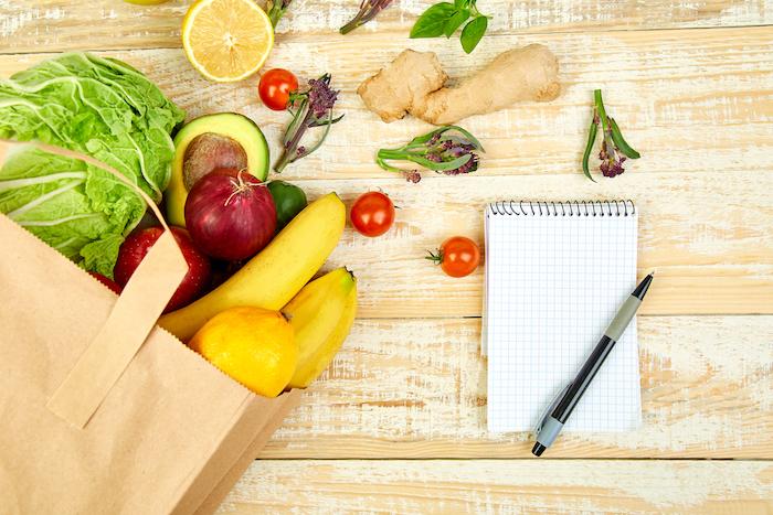 Einkaufsliste für Ernährungsplan mit Obst und Gemüse