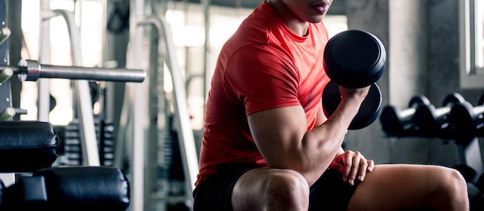 Mann mit Kurzhantel beim Muskeltraining