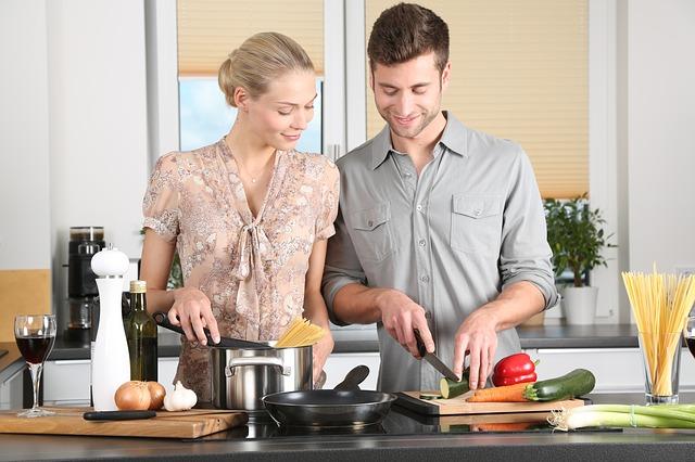 Abnehmen im Alltag, Mann und Frau beim Kochen