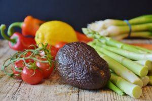 Teller mit Lebensmittel ohne Kohlenhydrate