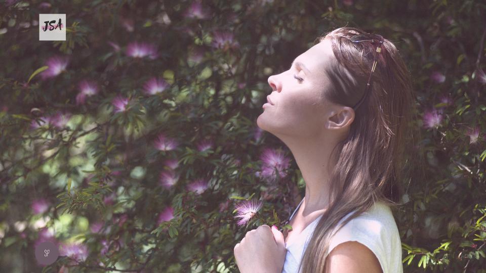 Frau in Natur beim Entspannen