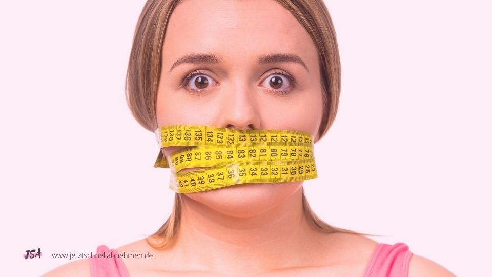 Frau mit Maaßband um Mund