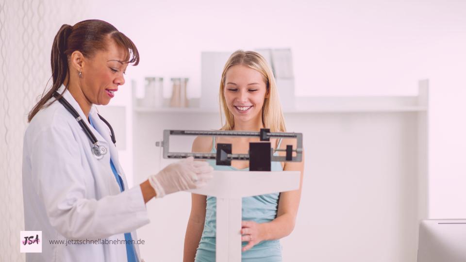 Ärztin mit Frau auf Waage