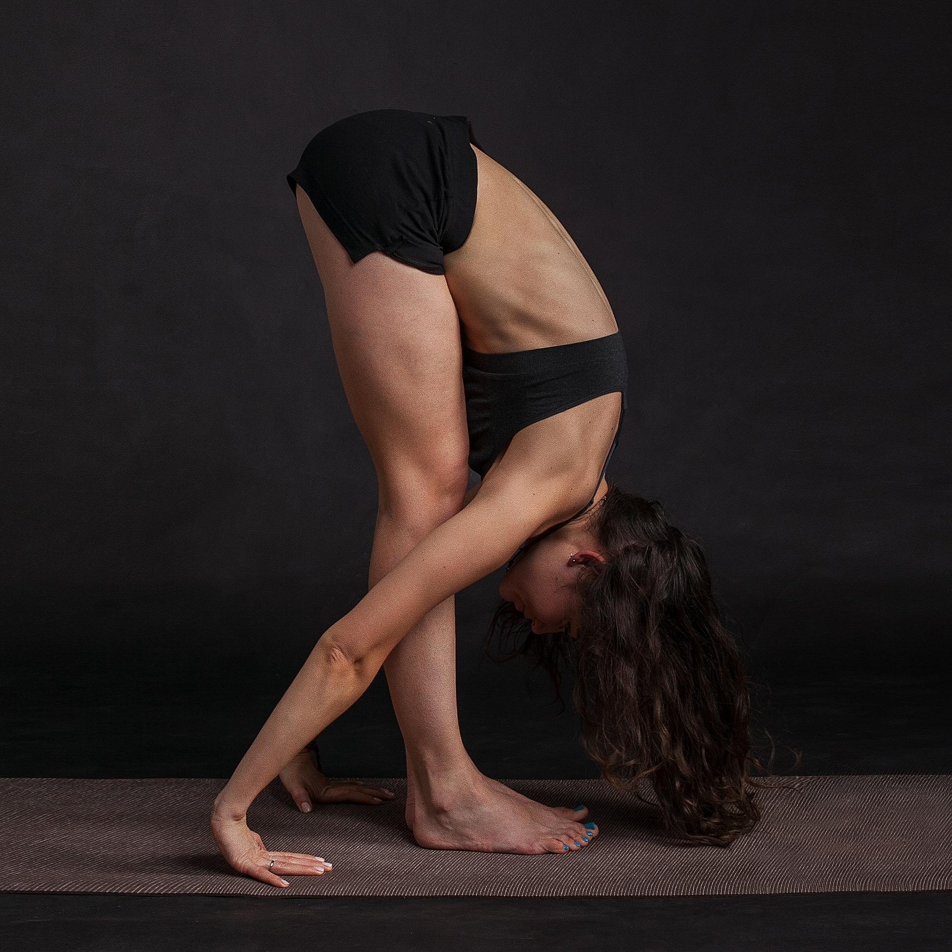 Frau mit schwarzer Unterwäsche beim Turbo Stretching