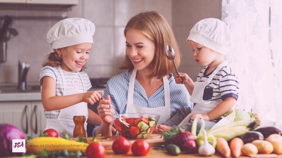 Frau mit Kindern beim kochen