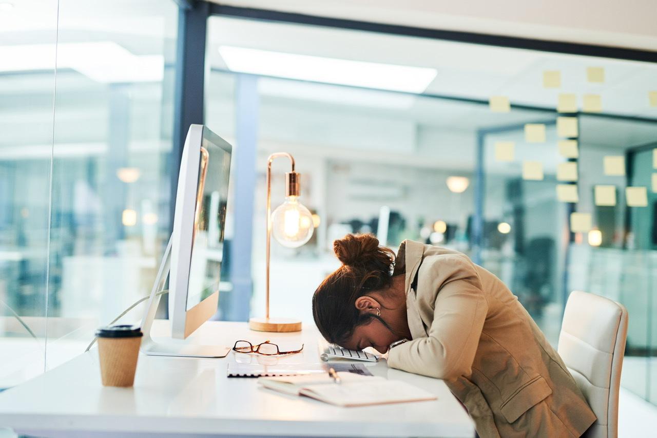 Geschäftsfrau leidet an einem Burnout Syndrom