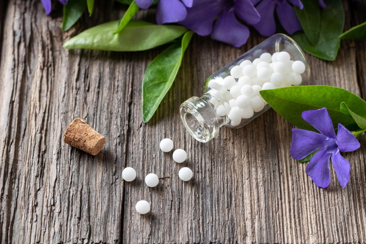 Eine Flasche homöopathischen Pillen