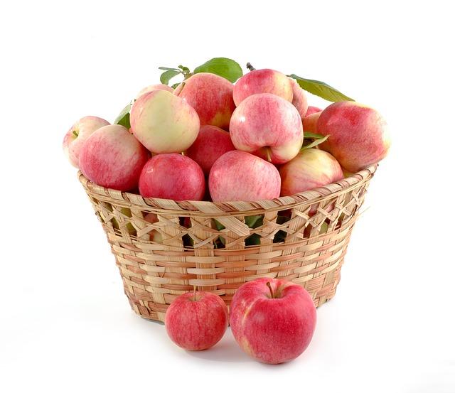 Äpfel in einem Korb mit Vitaminen für gesunde Ernährung