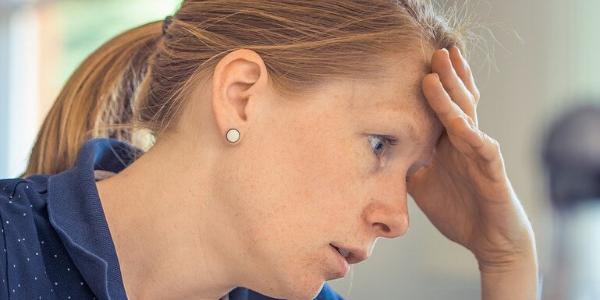 Eine Frau mit Schwierigkeiten sich zu Konzentrieren
