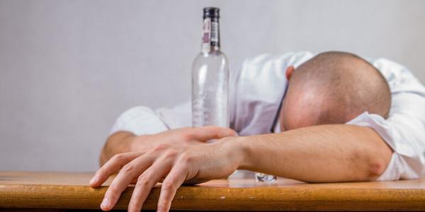 Mann mit Alkohol, Korsakow Syndrom