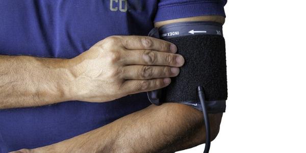 Blutdruckmessung am linken Arm für die Diagnose