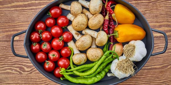 Eine Auflauf Form gefüllt mit Gemüse