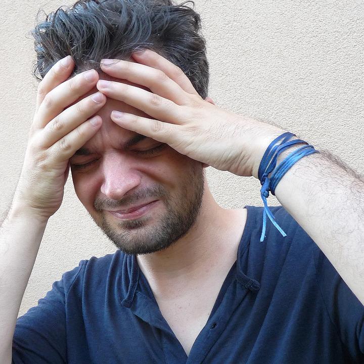 Dieser Mann leidet an Kopfschmerzen durch täglich hohe Stressbelastung