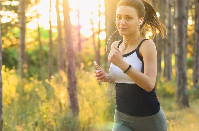 Frau joggt und hört Musik