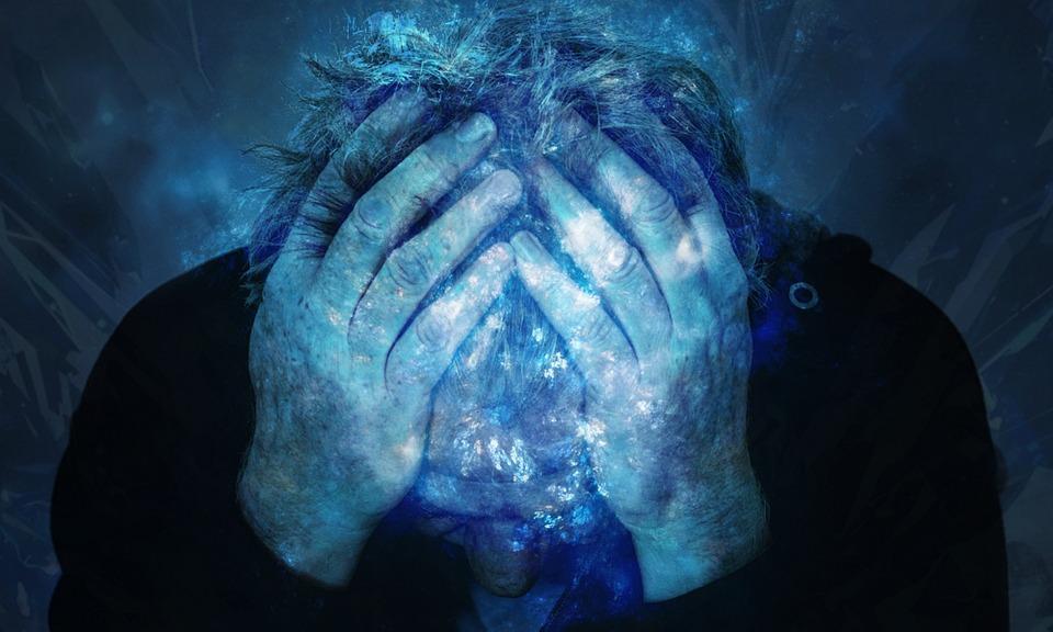 Dieser Mann leidet unter starken Spannungs Kopfschmerzen