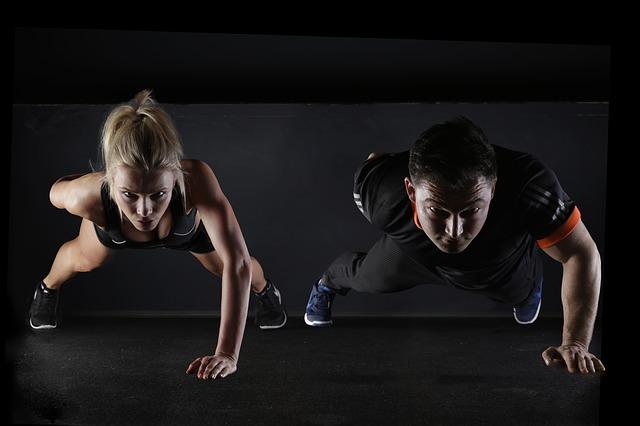 Ein par trainiert Krafttraining zum zunehmen