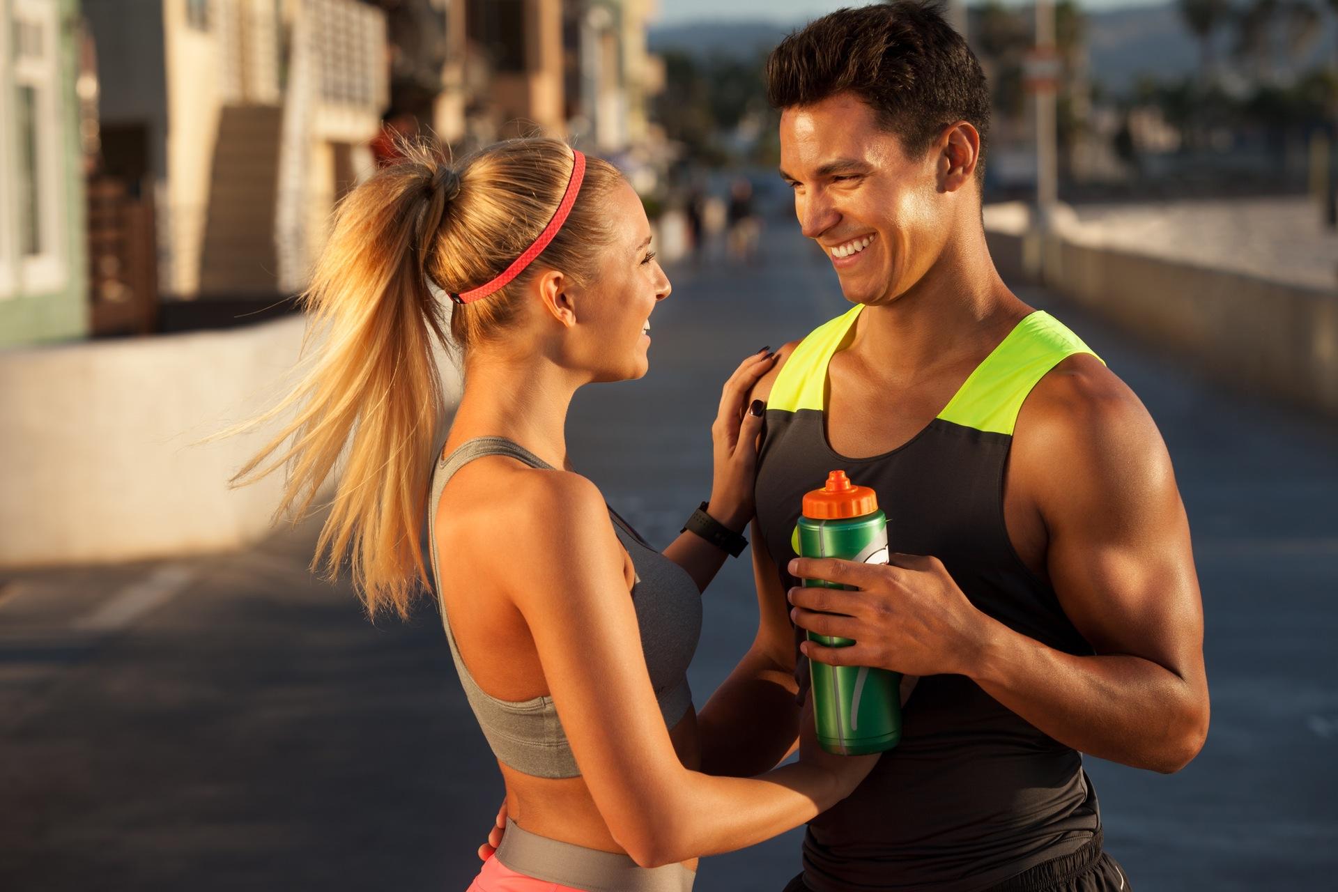 Mann und Frau haben Spaß während des Laufens, wollen schnell abnehmen