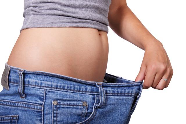 Stoffwechsel anregen, Frau zieht an Ihrer Hose