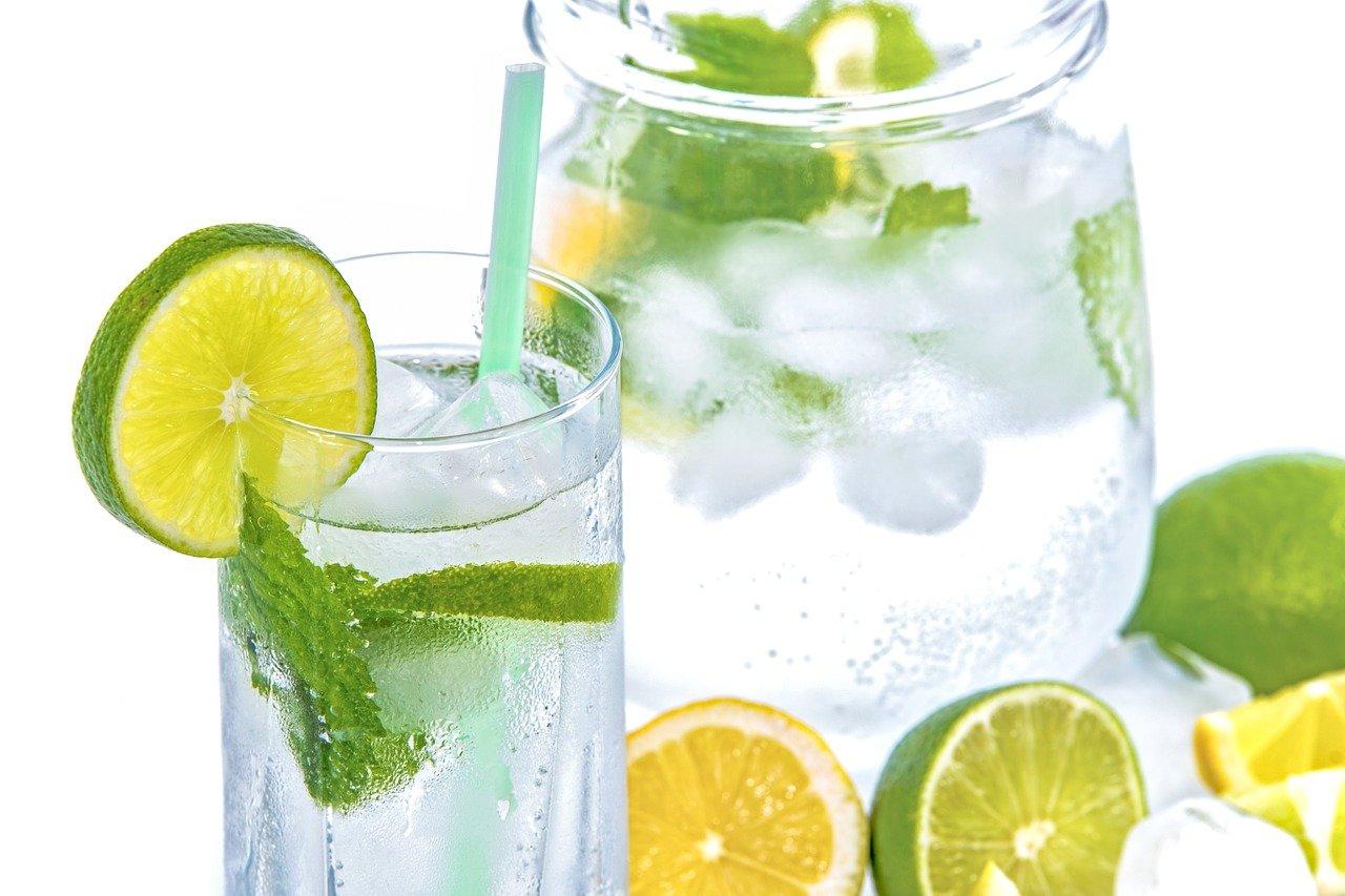 Wasser, Eiswürfel, Limette, Zitrone