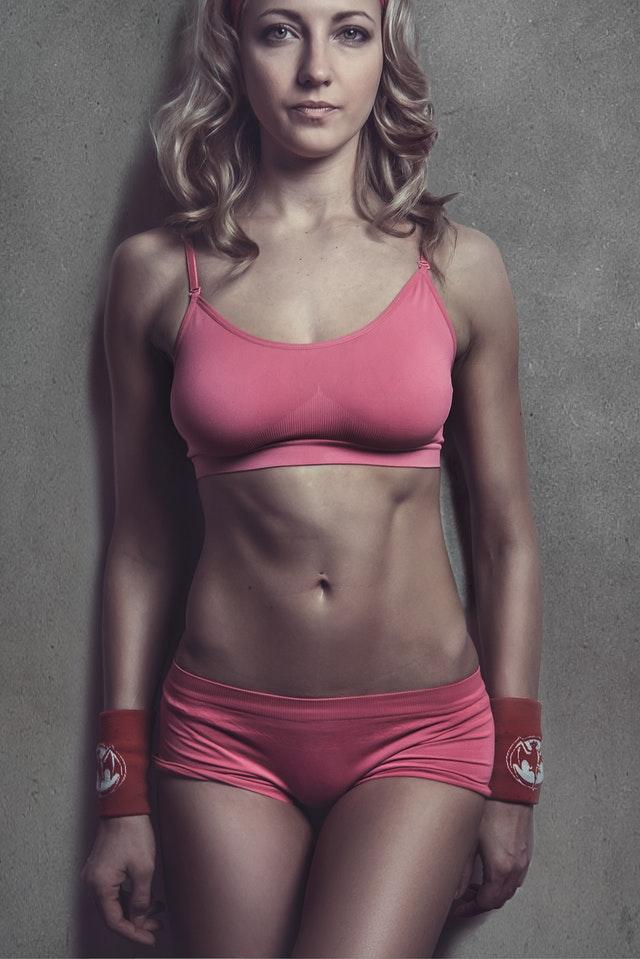 Athletische Frau mit gesundem Stoffwechsel