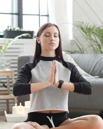 Frau macht Entspannung Meditation zuhause