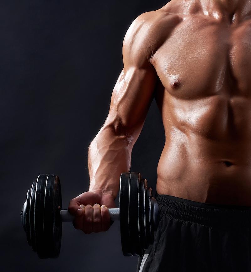 starker mann trainiert seine muskeln