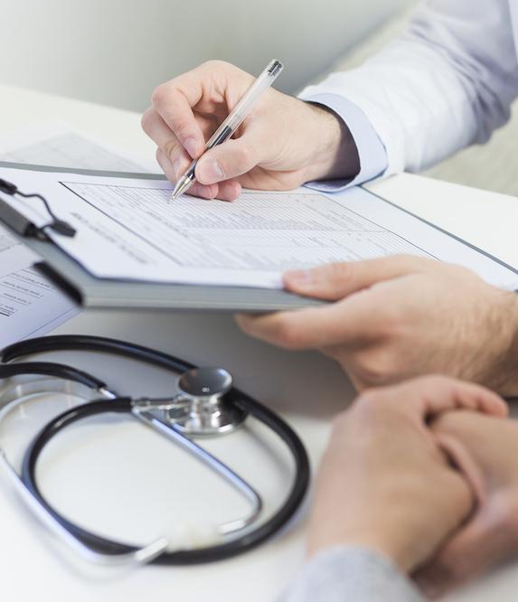 nahaufnahme-eines-doktors-der-das-medizinische-formular-mit-patienten-fuellt