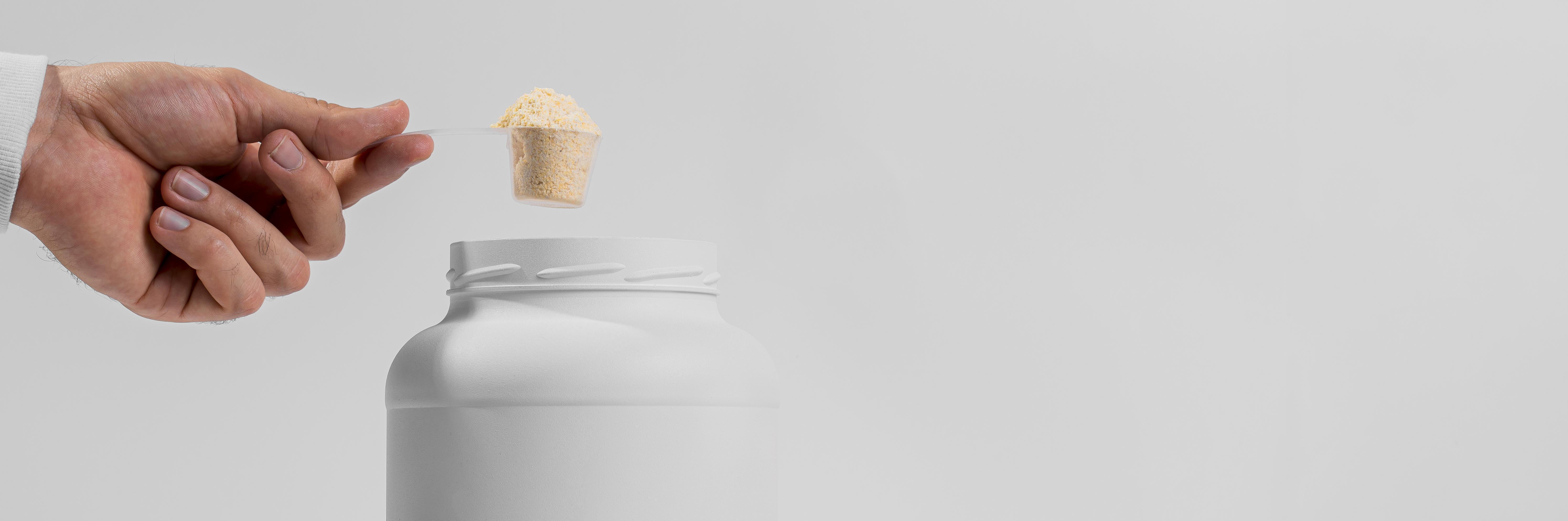 Proteinpulver in weißem Kontainer