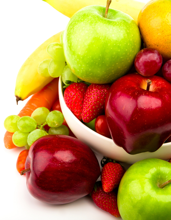frische Füchte in weißer Schüssel als Kohlenhydrate Muskaleuafbau Ernährung