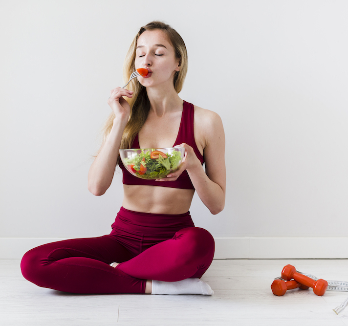 diaetkonzept-mit-sportfrau-und-gesundem-lebensmittel-behandelt-ihre-schwaecheanfaelle