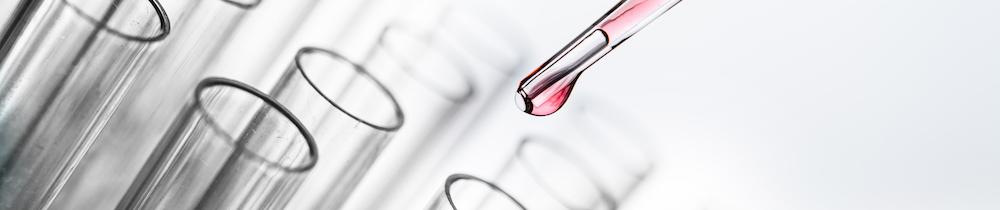 Rote Tropfen im Chemielabor experimentieren