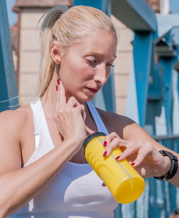 weiblicher-laeufer-schaut-auf-ihre-sportuhr-messung-der-herzfrequenz-weibliche-athleten-messen-puls-auf-cardio-training-outdoor