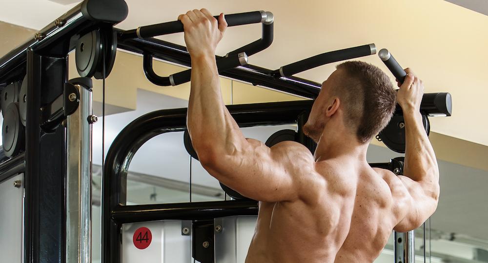 starker mann macht pullups für seine rücken muskeln