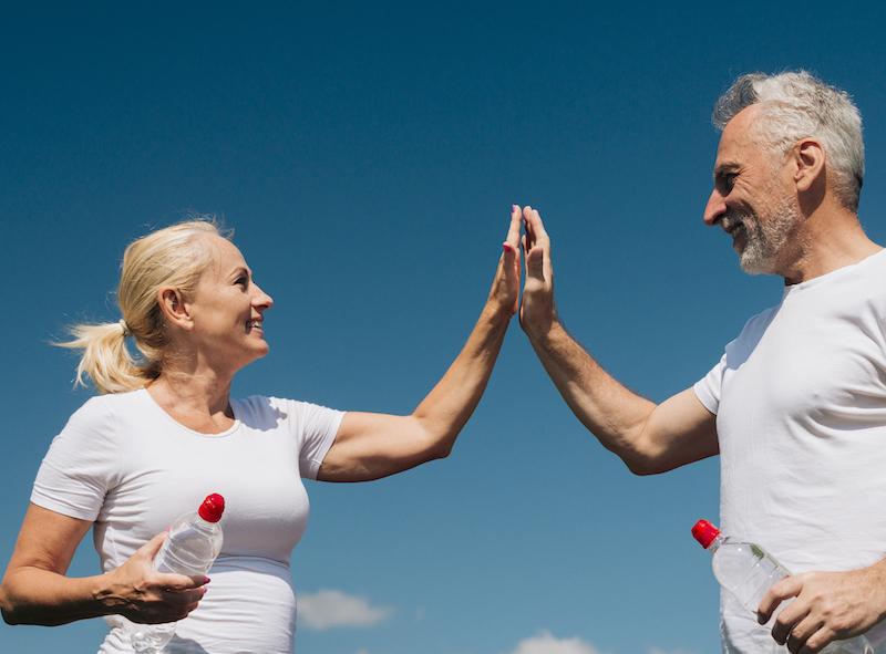 ältere Frau und Mann nach dem Sport geben sich ein High Five