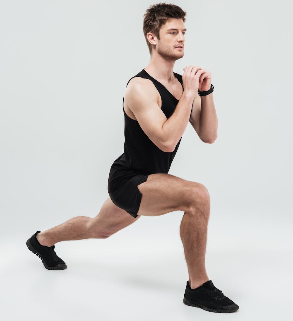 junger mann trainiert seine Oberschenkelmuskeln