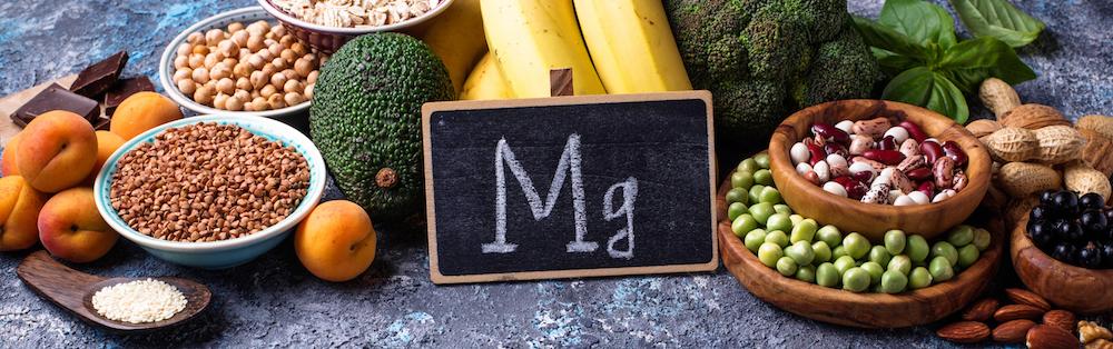 Lebensmittel mit viel Magnesium auf dem Tisch mit Tafel Mg
