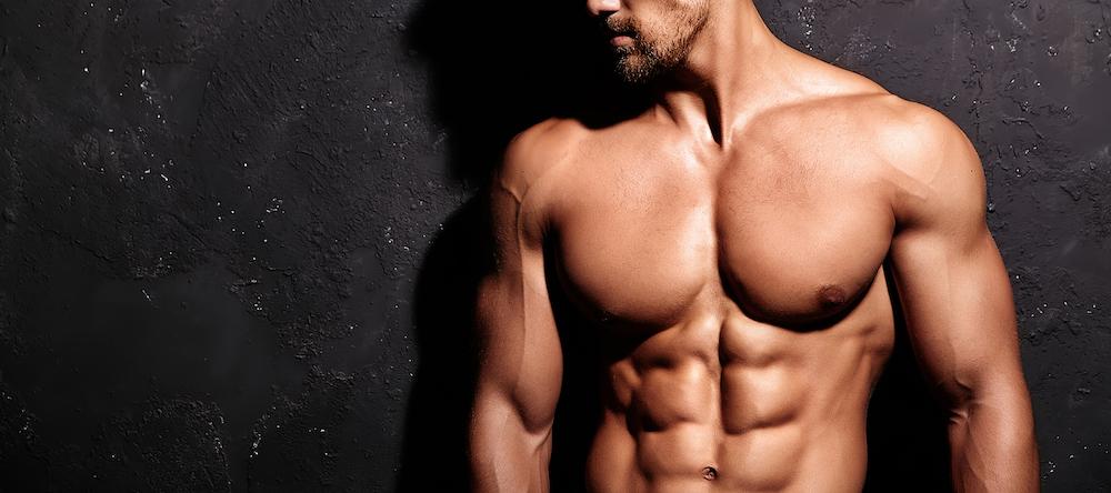 Muskelaufbau athletischer mann mit trainierten Muskeln
