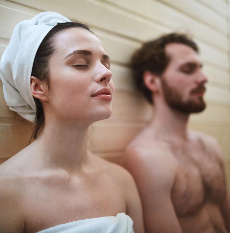 muskelkater frau und mann entspannen in der Sauna