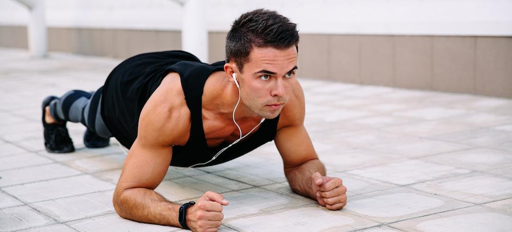 junger mann macht Bodyweight Training draußen