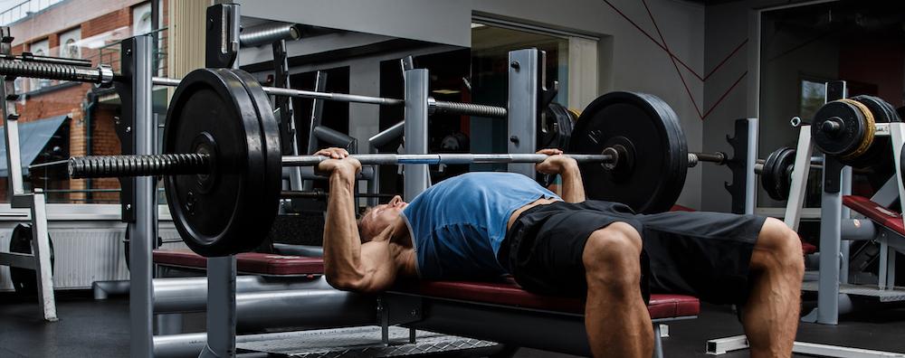 mann trainiert Brustmuskeln mit Bankdrücken übung