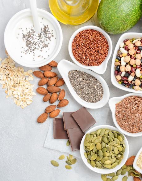 gesunde lebensmittel die viel Magnesium enthalten auf weißem tisch